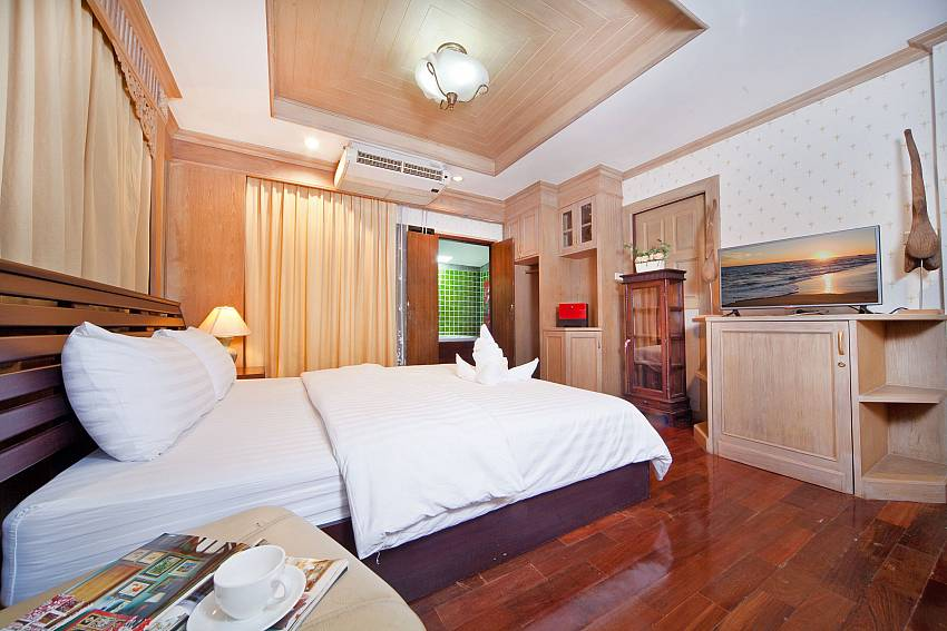 Bedroom with TV and shelves Of Baan Ruean Thai (Third)