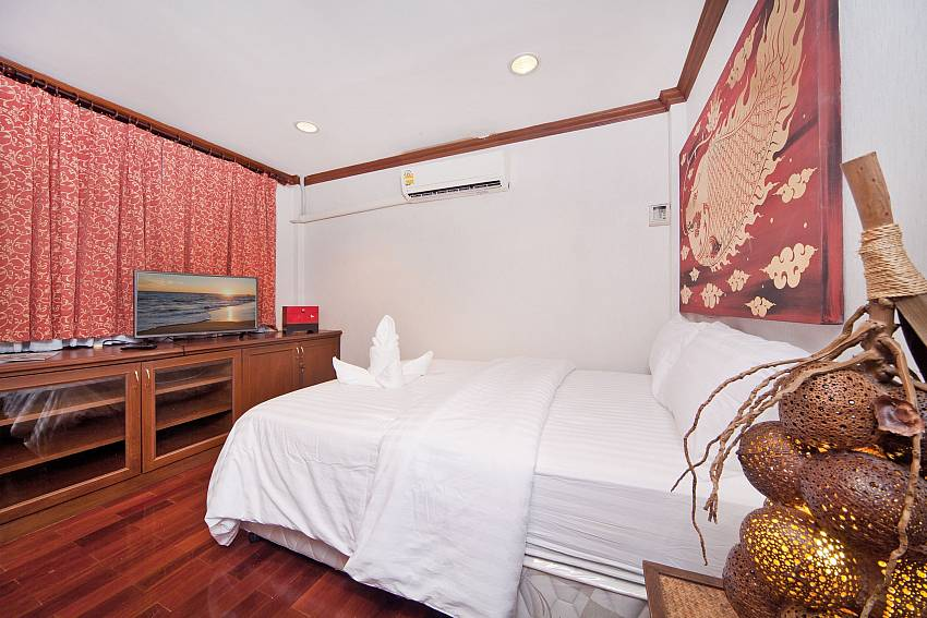 Bedroom with shelves Of Baan Ruean Thai (Six)