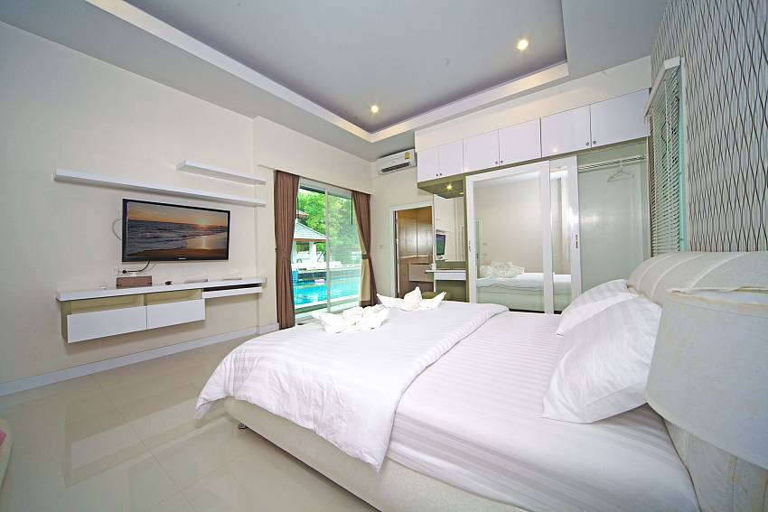 Bedroom with TV and wardrobe Of Baan Piam Sanook (Six)