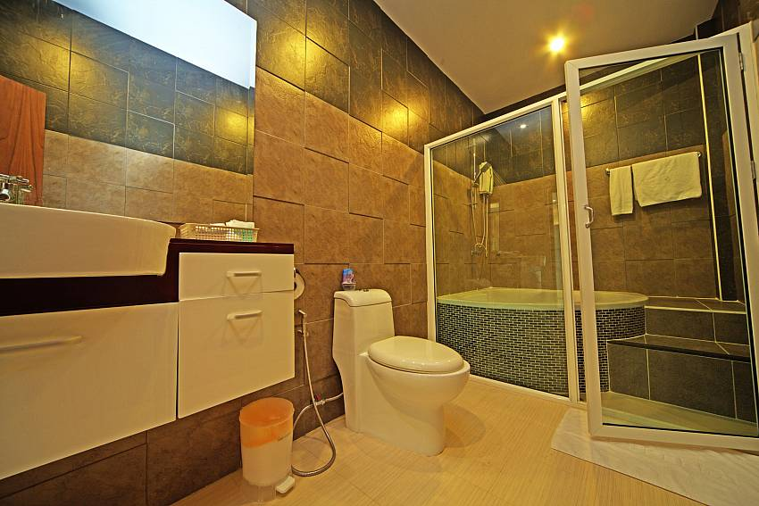 Toilet with basin wash and jacuzzi tub Of Baan Piam Sanook