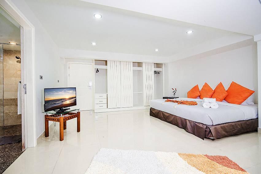 Bedroom with en suite bathroom Of Angels Villa (Four)