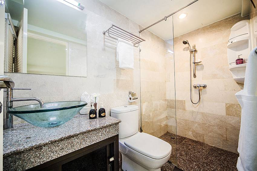 Basin wash with toilet and shower Of Angels Villa