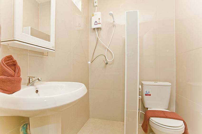 Shower with toilet and basin wash Of Villa Fiesta