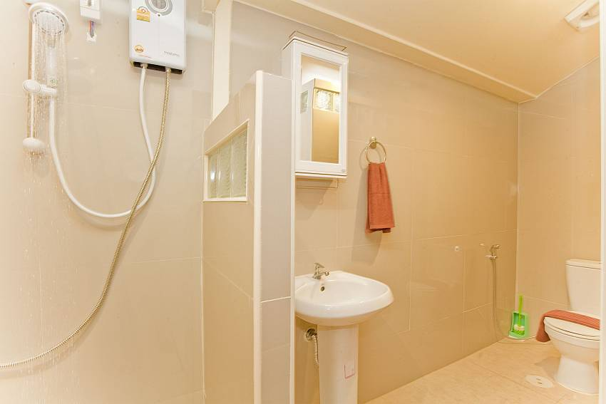 Shower with basin wash and toilet Of Villa Fiesta