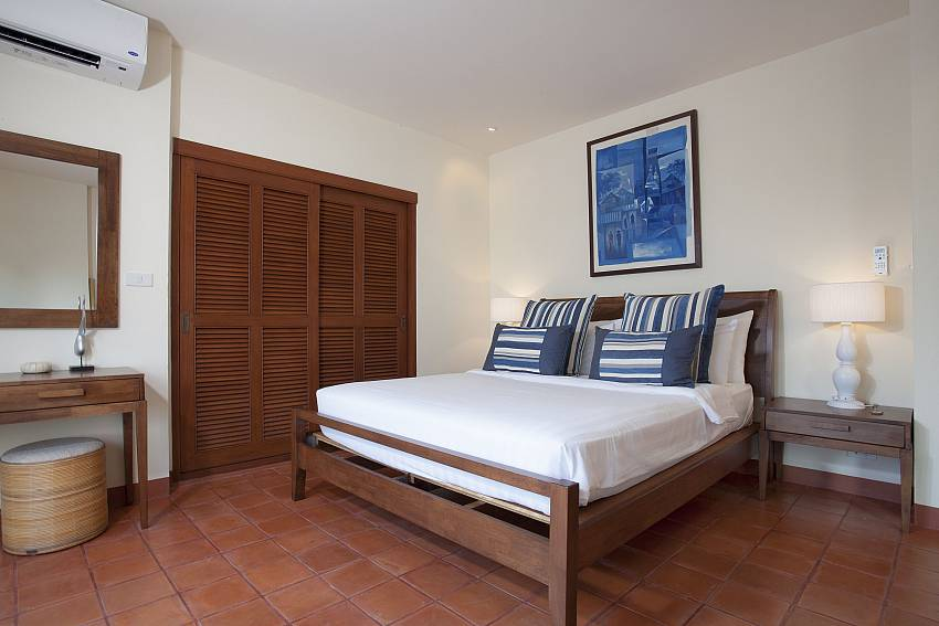 4. bedroom with king-size bed at Cape Summitra Villa Samui