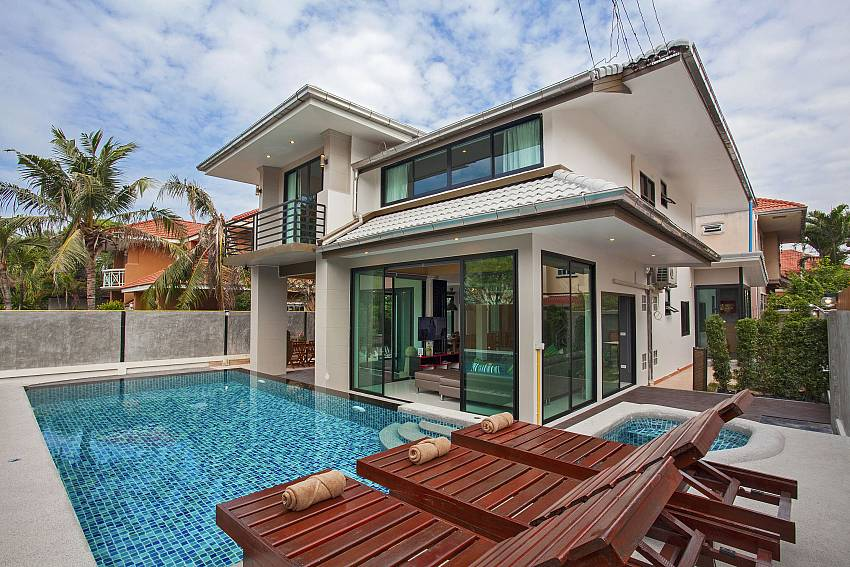 2 floor 6 bedroom Debonair Grande villa at Jomtien Pattaya