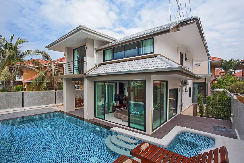 Debonair Grande 6 bedroom villa in Jomtien South Pattaya