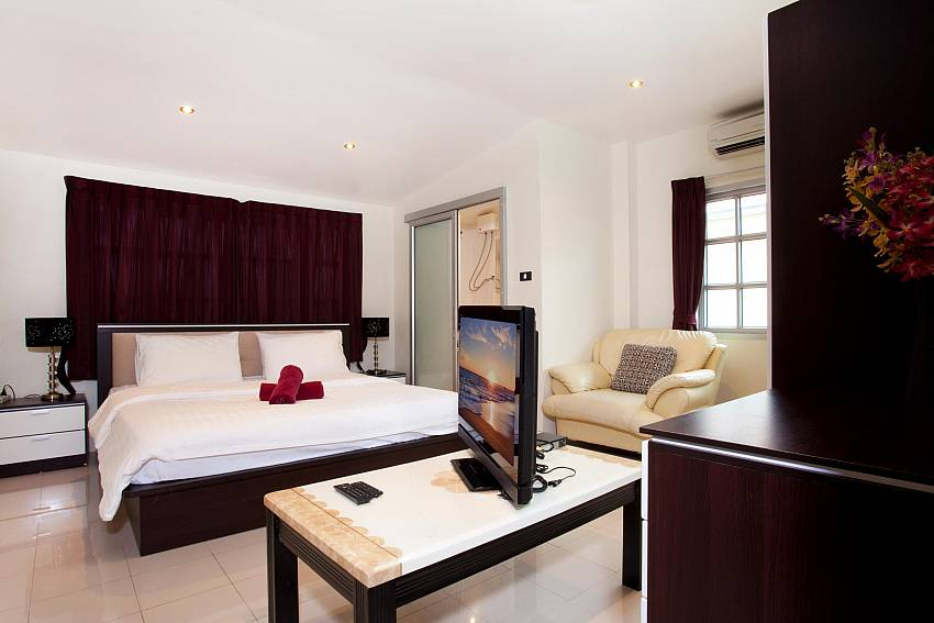 2. king size bedroom with TV at Baan Duan South Pattaya