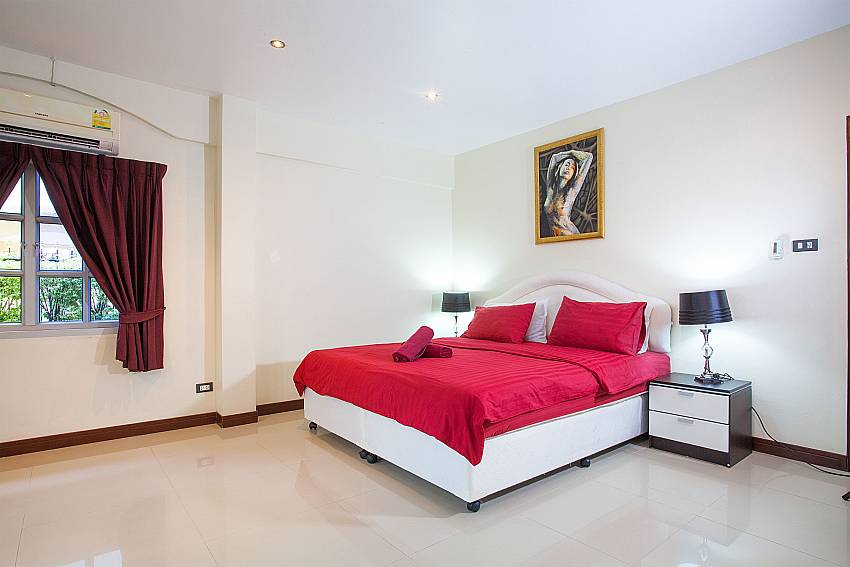4. bedroom with king-size bed at Baan Duan in South Pattaya