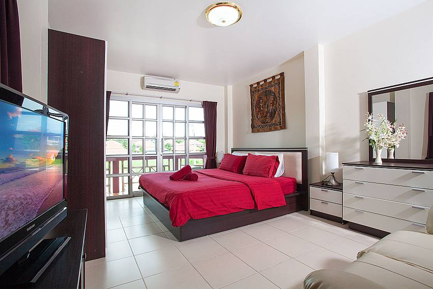 3. bedroom with kingsize bed and TV in Baan Duan Jomtien Pattaya
