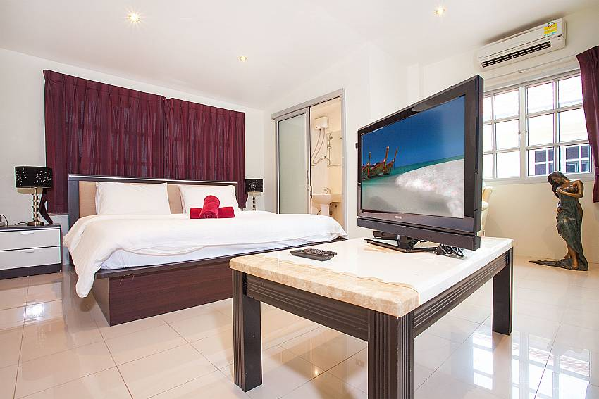 King size bed and TV in 2. bedroom of Baan Duan in Pattaya
