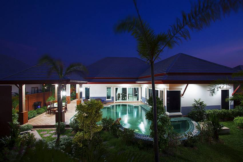 The house with swimming pool at night time Of Thammachat P3 Victoria