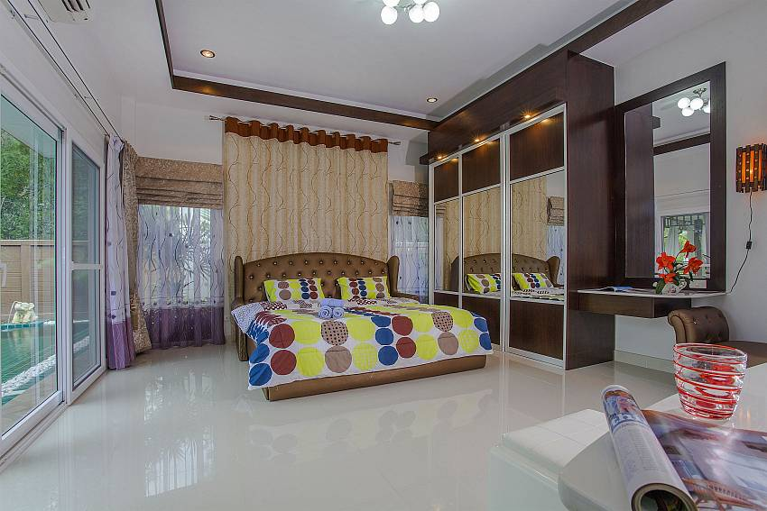 Bedroom with wardrobe and vanity near the pool Of Thammachat P3 Vints No.130 (First)