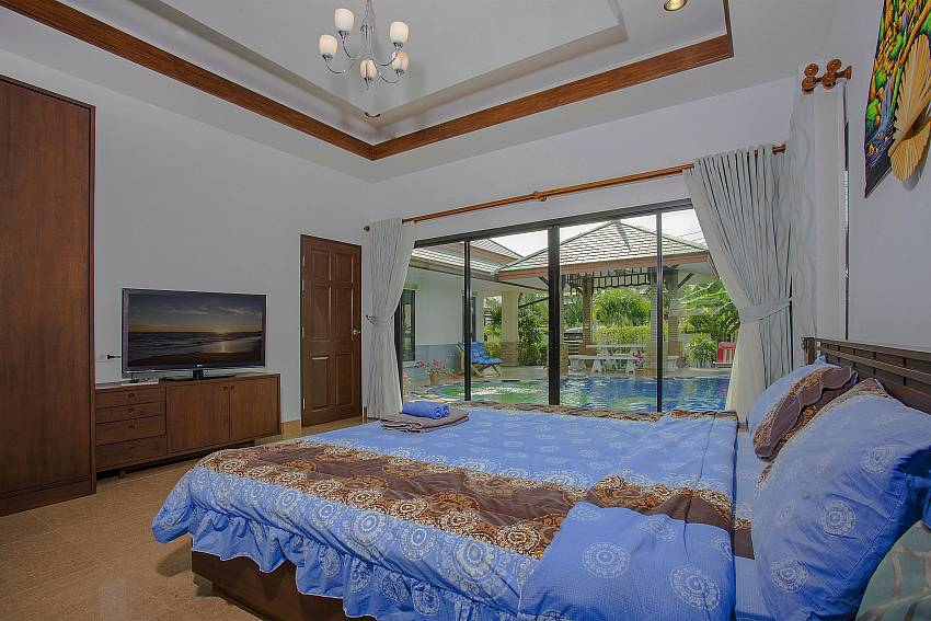Bedroom with TV and wardrobe near the pool Of Thammachat P2 Tani (Third)