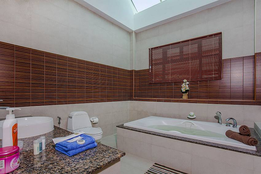 Jacuzzi tub with toilet Of Thammachat P2 Tani