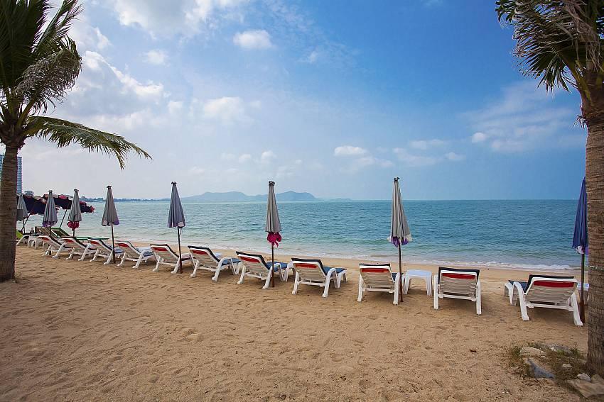 Sun bed near the pool Of Thammachat P2 Tani