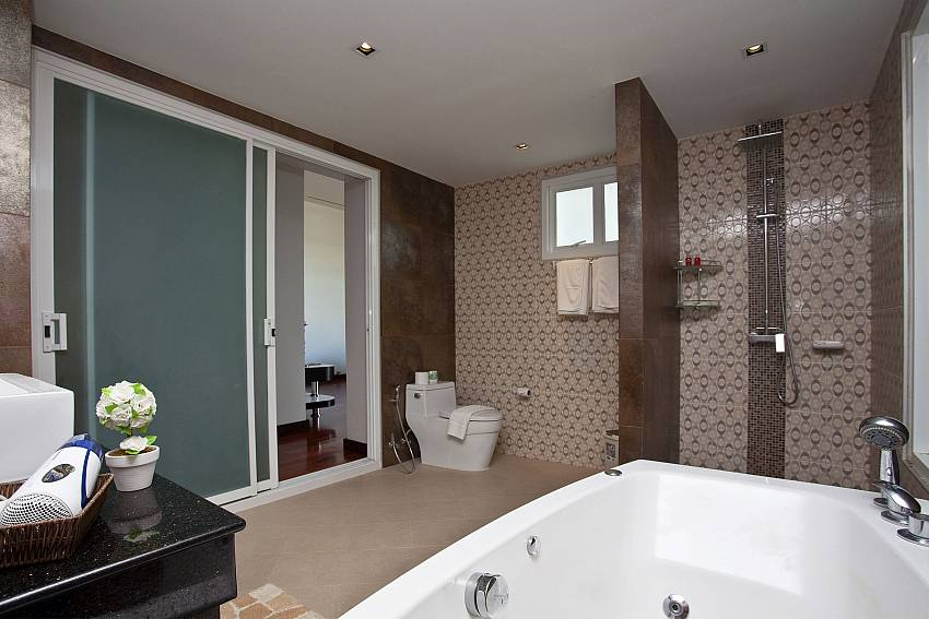 Jacuzzi tub with toilet and shower Of Kata Horizon Villa B1