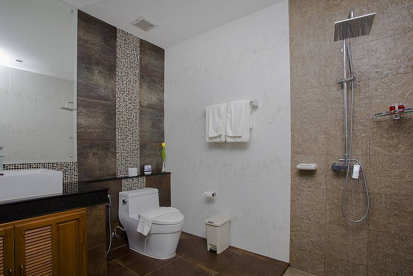 Shower with toilet Of Kata Horizon Villa B1