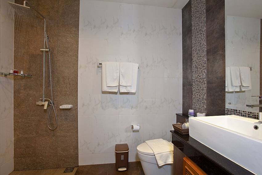 Shower with basin wash and toilet Of Kata Horizon Villa B1