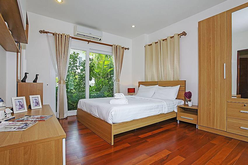 Double bedroom with wardrobe at Rossawan Pool Villa Pattaya