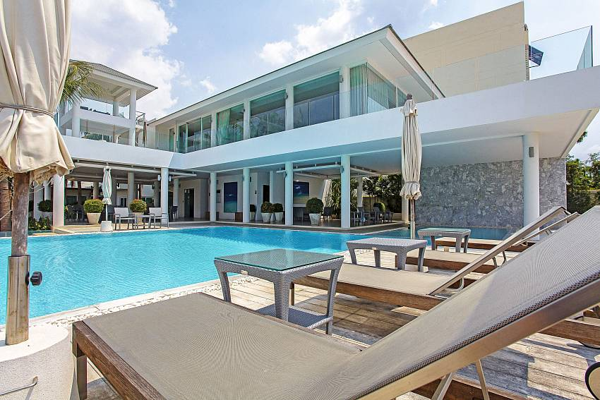 Communal pool for guests at Rossawan Pool Villa in Pattaya
