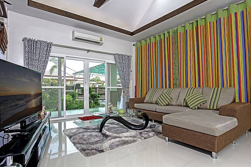 Living room with TV overlooking outside Of Thammachat P3 Vints No.140