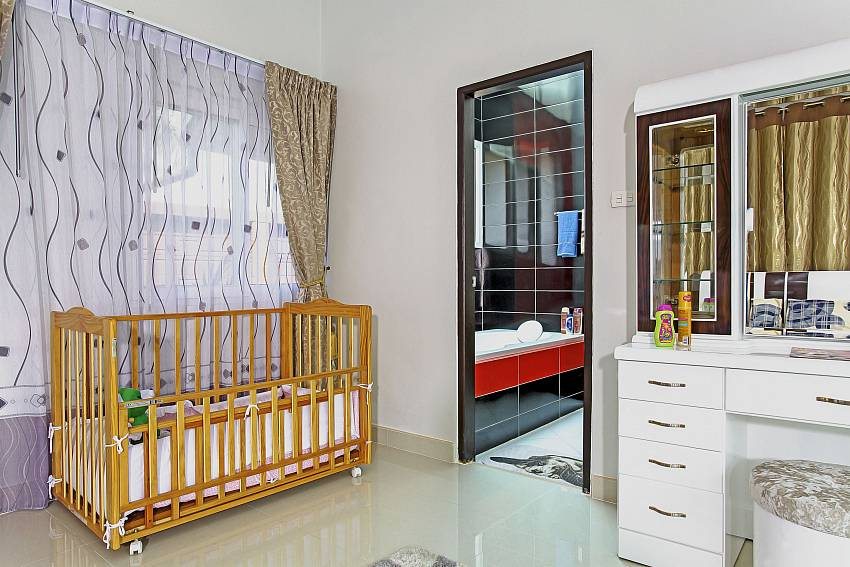 Crib in the bedroom Of Thammachat P3 Vints No.141 (First)