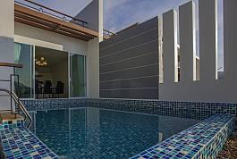 PhuketのKataにあるモダンなシービュー、4ベットルーム・プールヴィラ。プライベートプールや快適なアウトドア・ラウンジスペース完備