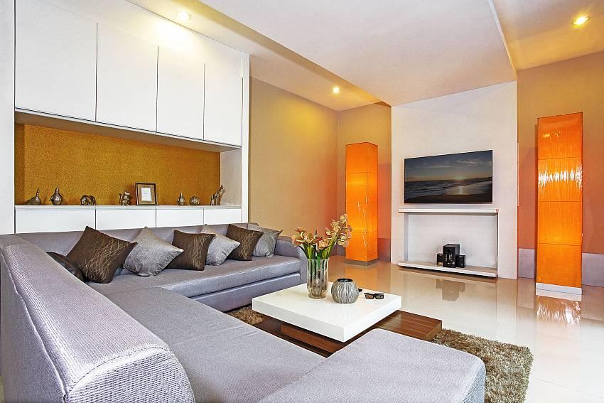 Living room with TV_jomtien-waree_8-bedroom-villa_private-pool_jomtien_thailand
