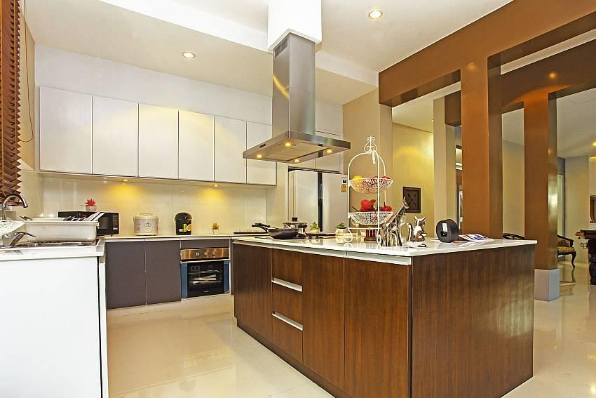 Kitchen_jomtien-waree_8-bedroom-villa_private-pool_jomtien_thailand