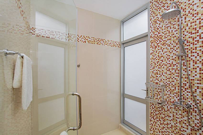 Bathroom 2_jomtien-waree_8-bedroom-villa_private-pool_jomtien_thailand