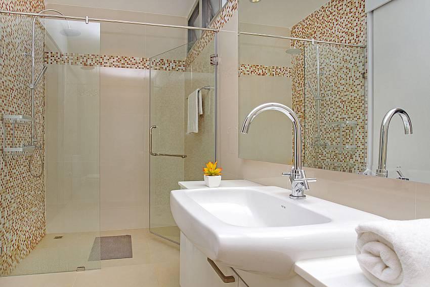 Bathroom 3_jomtien-waree_8-bedroom-villa_private-pool_jomtien_thailand