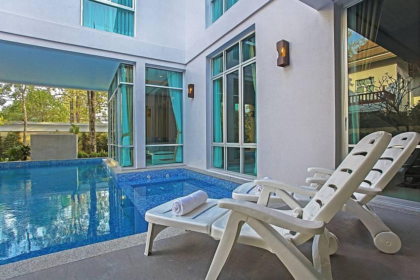 Sunloungers_jomtien-waree_8-bedroom-villa_private-pool_jomtien_thailand