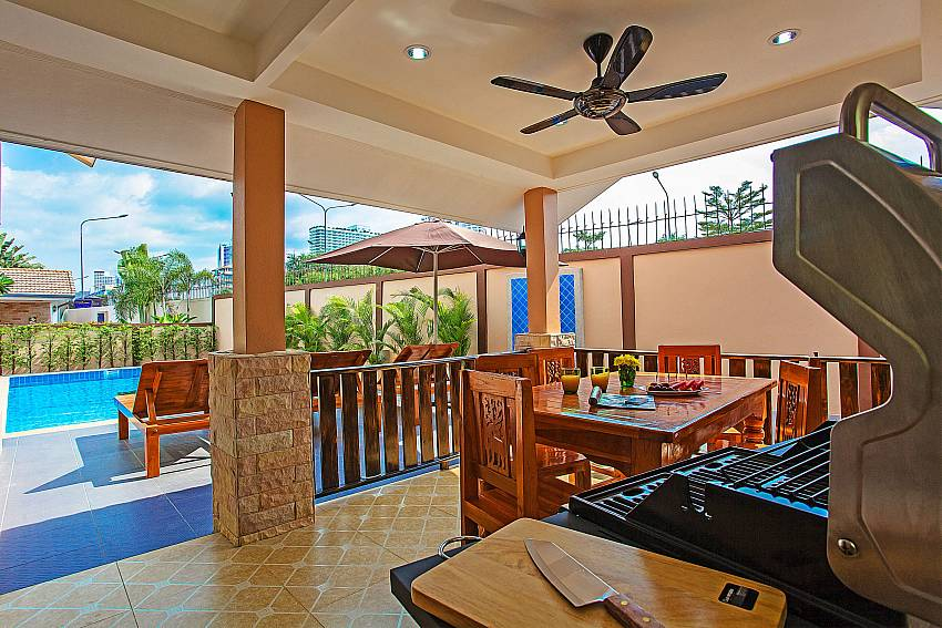 Barbecue grill with dinning table outdoor Of Jomtien Summertime Villa B