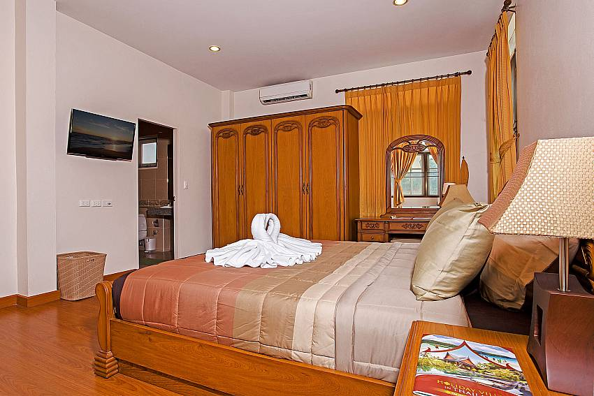 Bedroom with TV and wardrobe Of Jomtien Summertime Villa B (First)