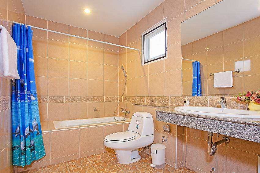 Toilet with basin wash and jacuzzi tub Of Jomtien Summertime Villa B