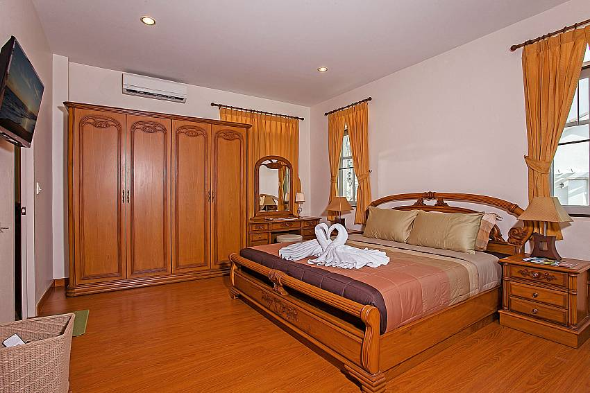 2. bedroom with king size bed at Jomtien Summertime Villa B Pattaya