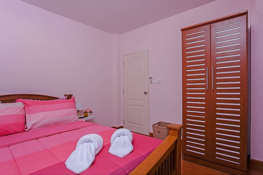 Bedroom with kingsize bed at Jomtien Summertime Villa B in Pattaya Thailand