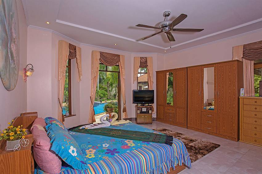 Bedroom with wardrobe Of Relaxing Palms Pool Villa (First)
