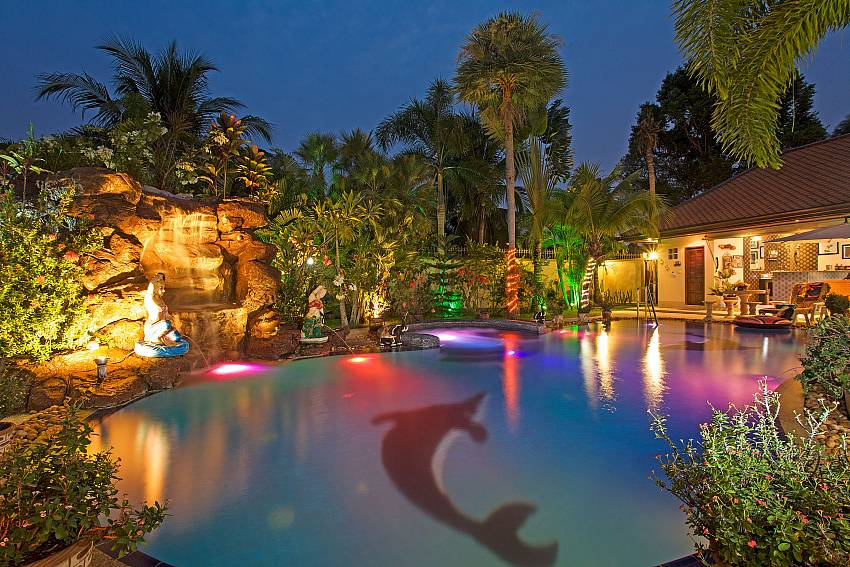 The house with swimming pool at night time Of Relaxing Palms Pool Villa