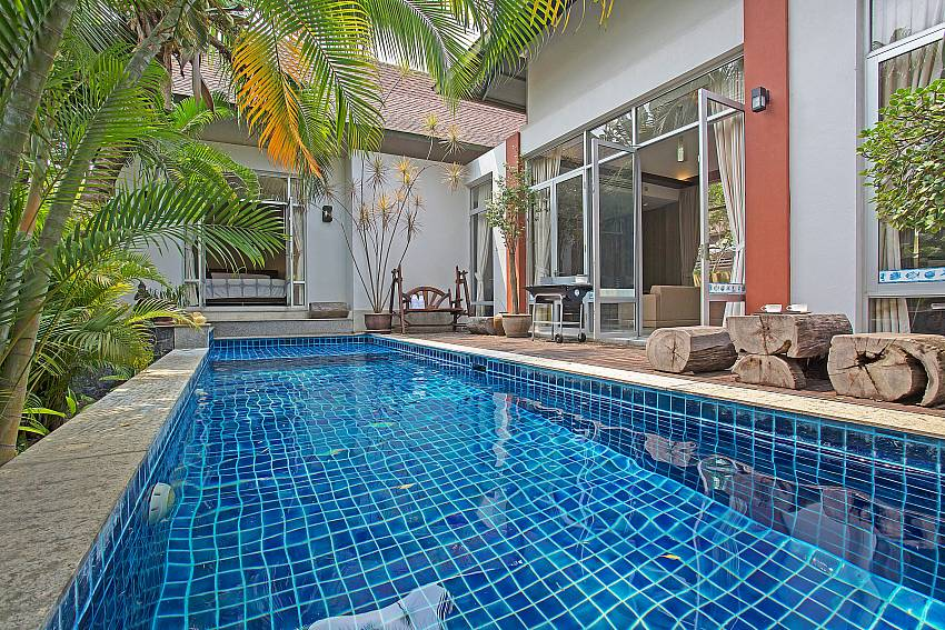 Swimming pool in front of the house Of Jomtien Waree 2