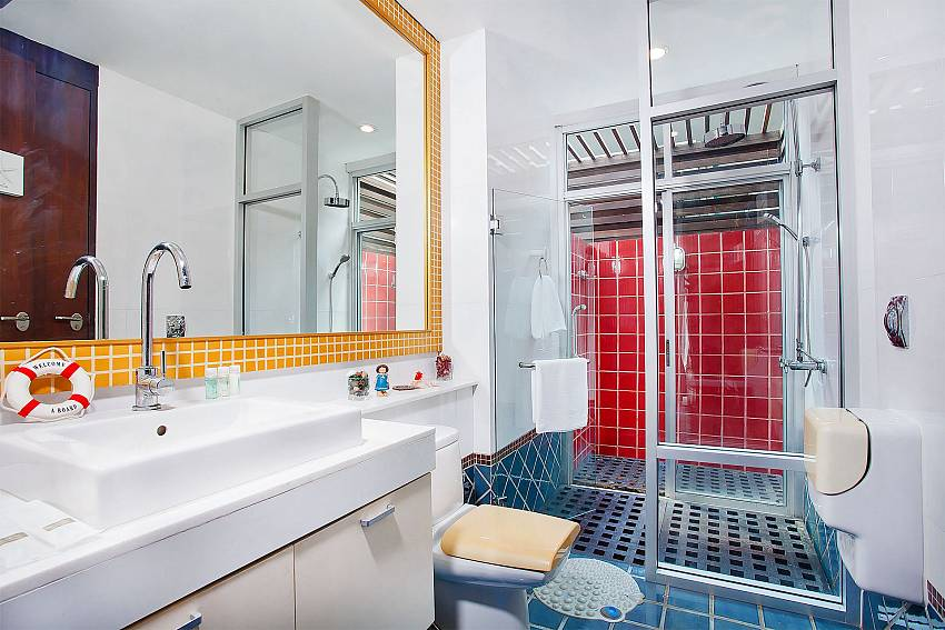 Basin wash with shower and toilet Of Jomtien Waree 2