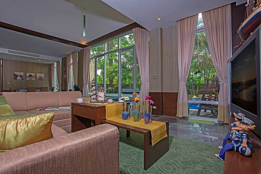 Big open plan living area with pool view in  Jomtien Waree 2 Pattaya