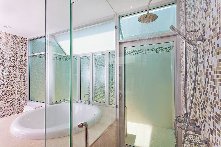 Shower with jacuzzi tub of Jomtien Waree 9