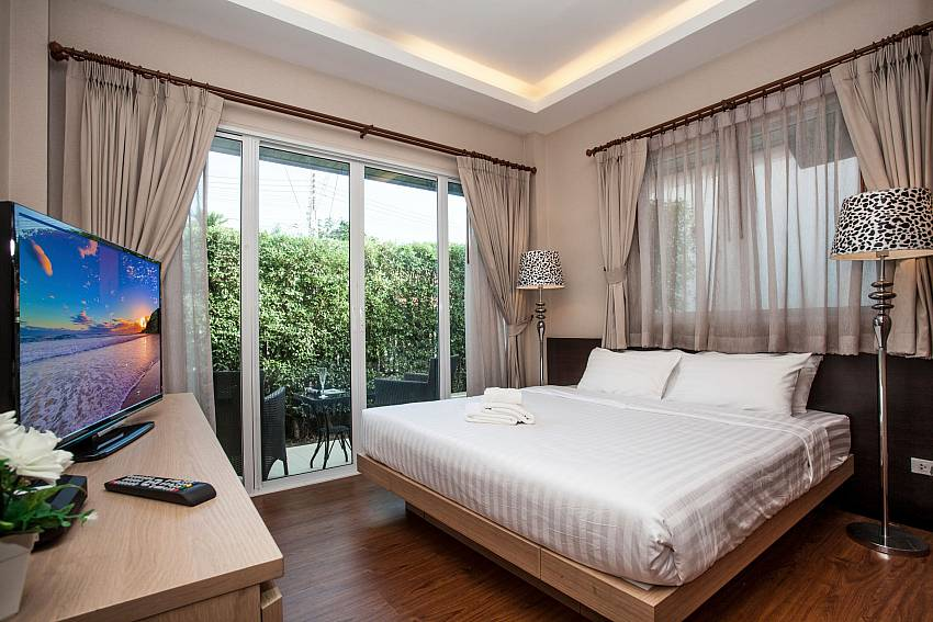 King size bed and TV in bedroom of Jomtien LAmore Villa in Pattaya