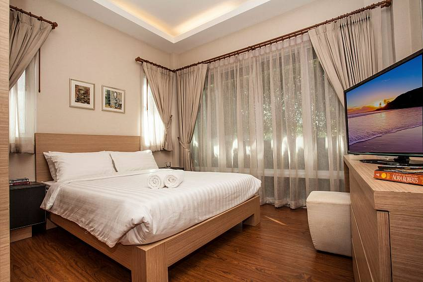 Kingsize bedroom with TV at Jomtien LAmore Villa South Pattaya