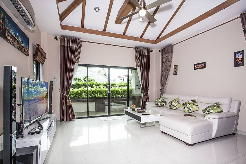 Living room with TV see view Of Thammachat P2 Laima Pool
