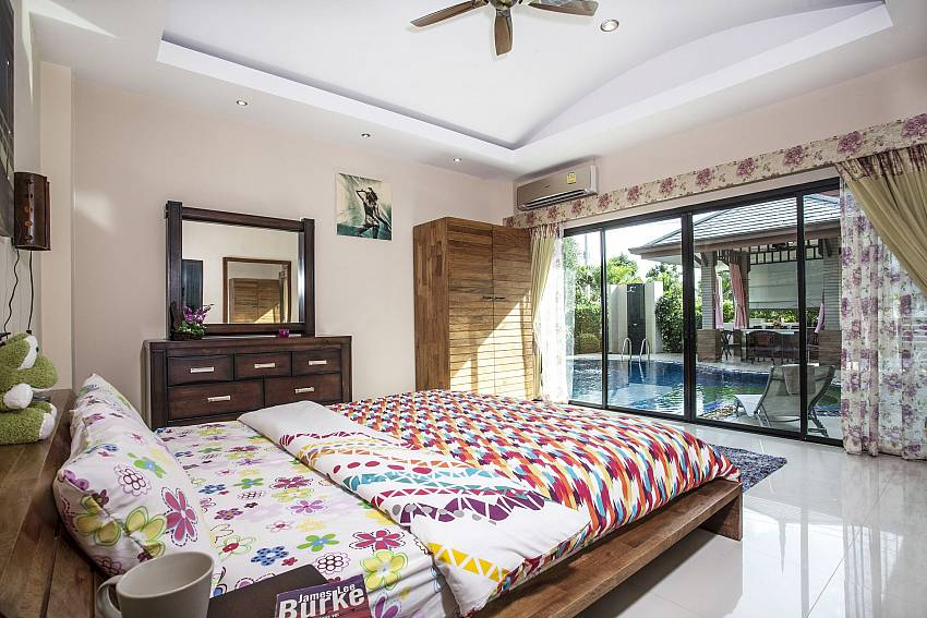 Bedroom with vanity near the pool Of Thammachat P2 Laima Pool (First)