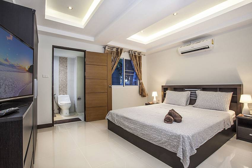 Bedroom with en suite bathroom Of Villa Phawta