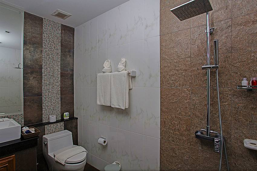 Shower with toilet of Kata Horizon Villa A2